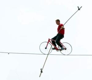Equilibrista Nik Wallenda durante a tentativa bem sucedida. - Foto Craig Lenihan AP